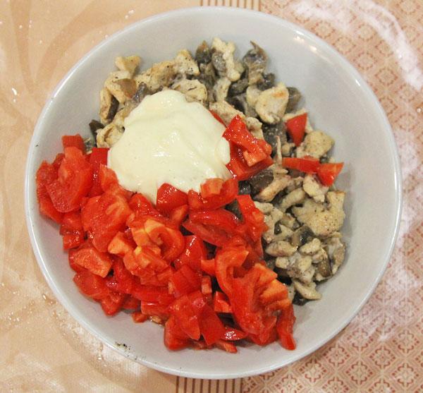Грибы шампиньоны, мясо, помидоры перемешиваем для фарширования перцев