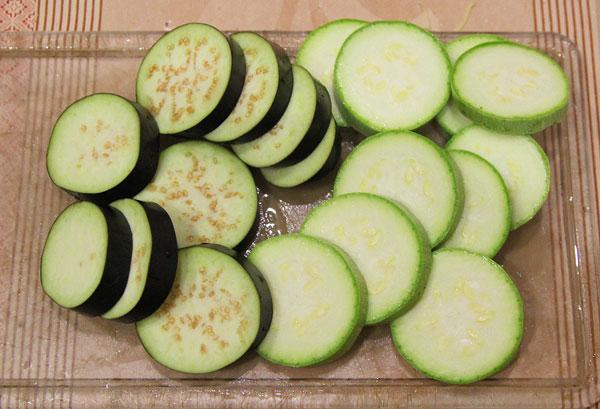 Нарезаем кабачки, баклажаны, помидоры для запекания в духовке