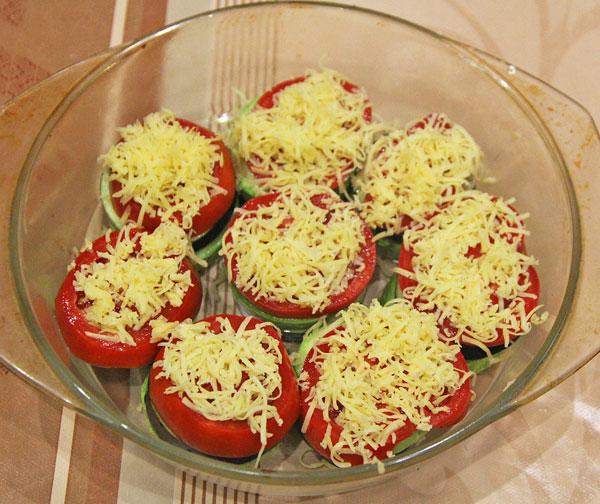 Баклажаны, кабачки, помидоры посыпает твердым сыром, запекаем 40 минут в духовке