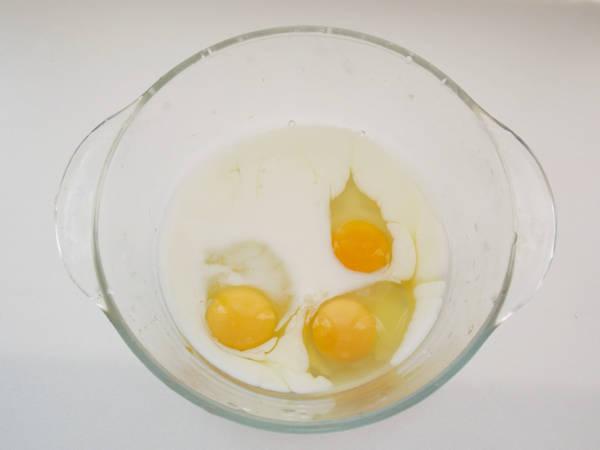 Взбиваем яйца для фриттаты с молоком