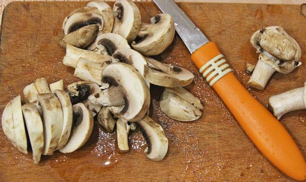 Нарезаем шампиньоны либо другие грибы на ваше усмотрение