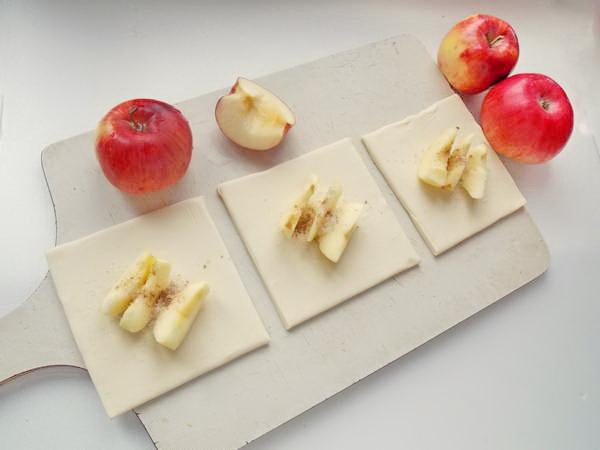Очищаем яблоки от серединки, кожуры - нарезаем ломтиками для начинки