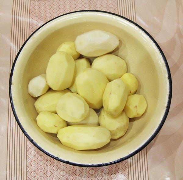 Картошку для приготовления жаркого с грибами режем кубиками либо соломкой