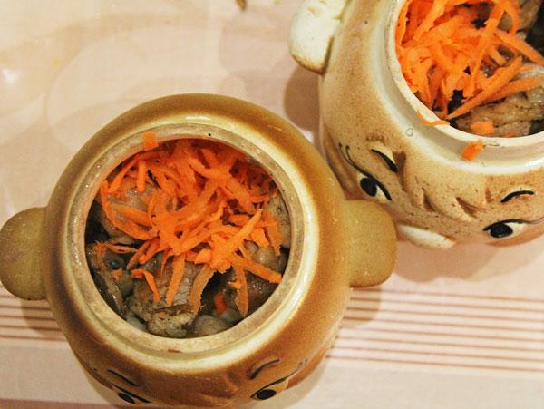 Шампиньоны, мясо, лук, морковку, картошку помещаем в керамический горшок для запекания и томим в духовке до готовности