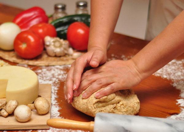 Для приготовления дрожжевого теста для пиццы необходимо смешать дрожжи, кефир, воду, муку