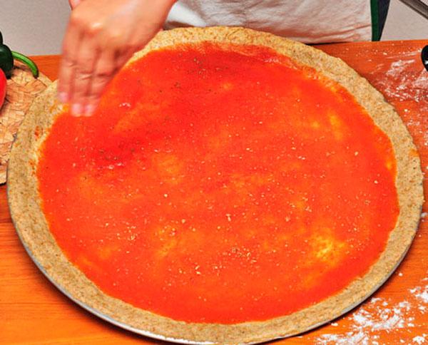 Корж смазываем слоем томатного соуса