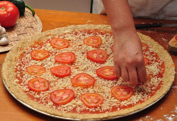 На корж выкладываем сыр, помидоры, лук, сладкий перец, колбасу