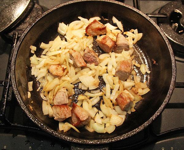 Свинину режем небольшими кусочками, обжариваем с луком до готовности