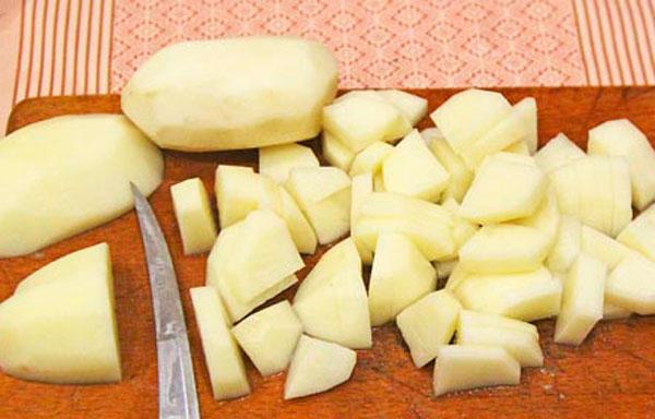 Картофель очищаем, промываем, режем некрупными кубиками