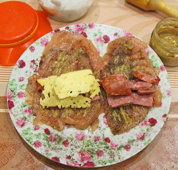 Нарезаем Салями полосочками, выкладываем на мясо, сверху сыр