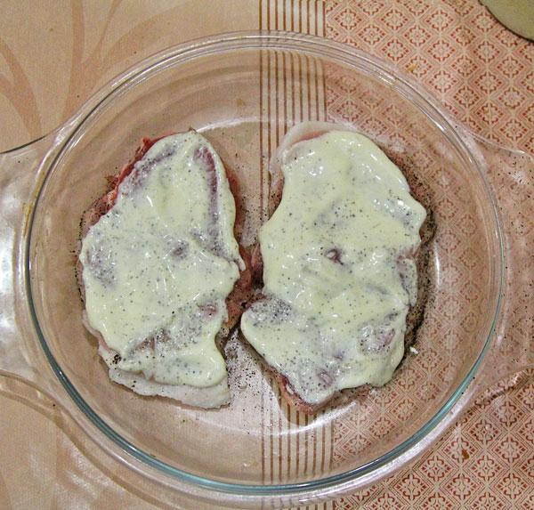 Свинную лопатку солим, перчим, смазываем майонезом
