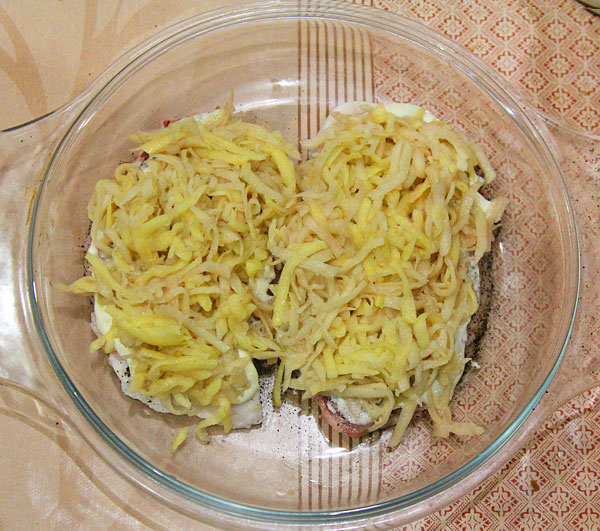 Картошку трем на крупной терке, выкладываем сверу мяса