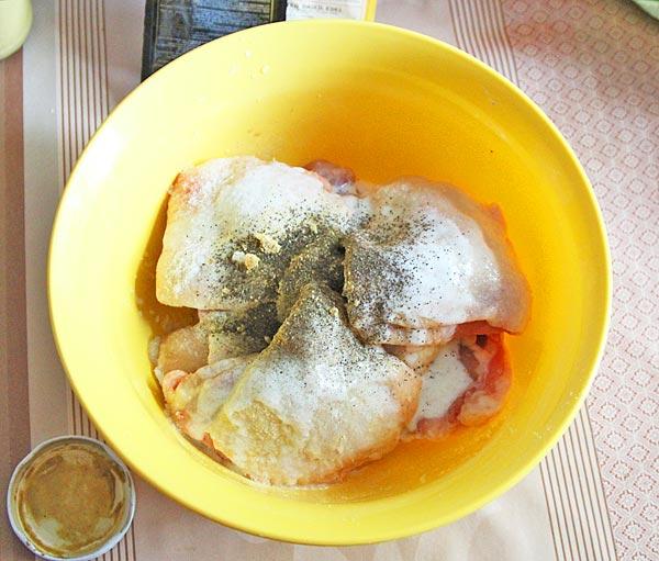 Маринуем курицу соевым соусом, имбирем, медом, горчицей 20 минут