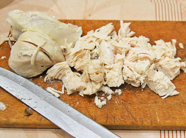Добавляем курицу, сыр, перец