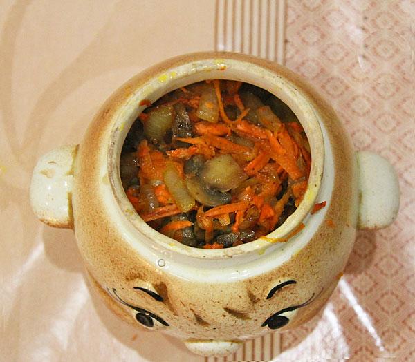 Овощи выкладываем в горшочек для запекания, заливаем бульоном