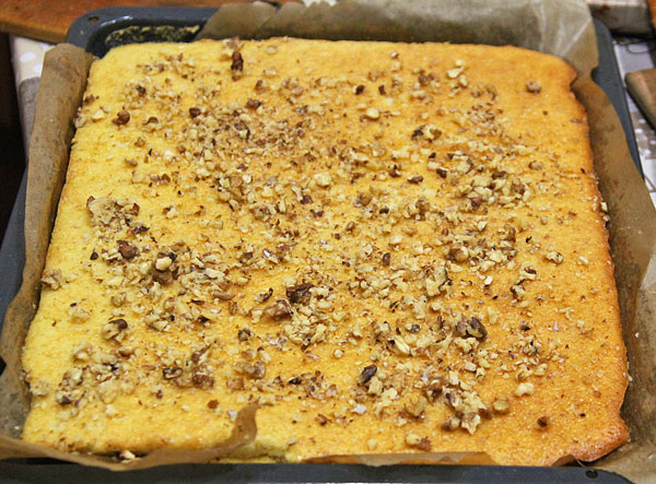 Посыпаем корж для торта грецкими орехами или арахисом