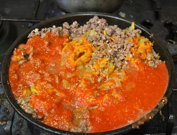 Обжариваем фарш, добавляем овощи, помидоры, чеснок, специи и все тушим