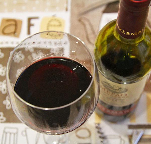 К мясу добавляем красное сухое вино