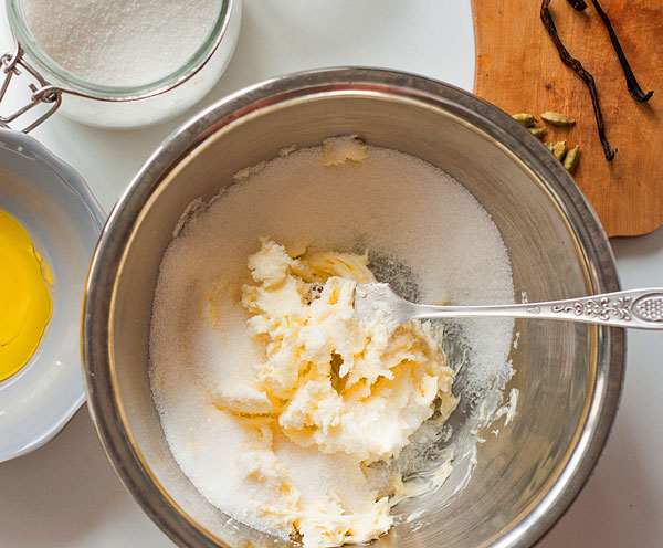 Сливочное масло, сахар, ванилин взбиваем блендером