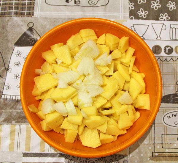 Картофель очищаем, нарезаем лук, перемазываем майонезом