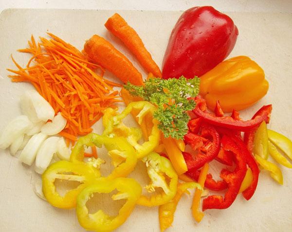 Сладкий перец, морковку, лук промываем, очищаем, нарезаем