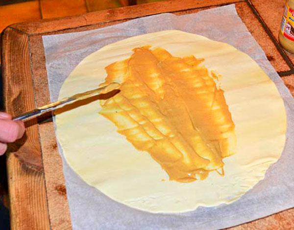 Раскатайте слоеное тесто